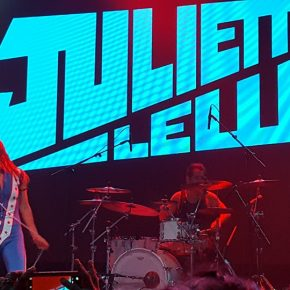Juliette Lewis Rocks Scottsdale's Old, Wrinkly, White Socks Off